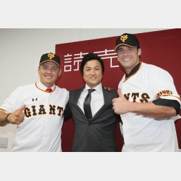 左から、クルーズ、高橋監督、ギャレット(C)日刊ゲンダイ