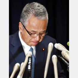 28日、説明会見で辞任を表明した甘利大臣(C)日刊ゲンダイ
