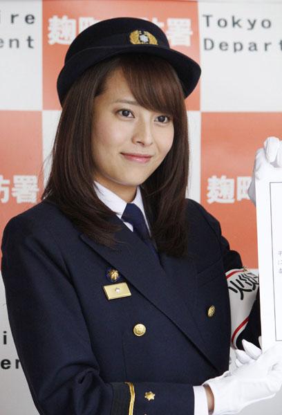 警察官姿の上田まりえ