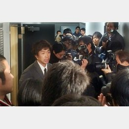 スキーバス転落事故で謝罪会見をする福田キースツアー社長(C)日刊ゲンダイ