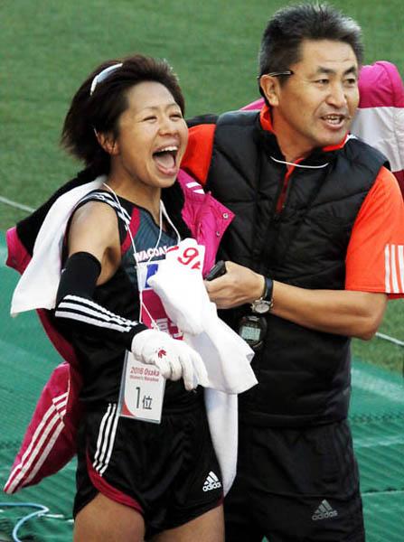 大阪国際女子マラソンで優勝した福士に駆け寄る永山監督(C)日刊ゲンダイ