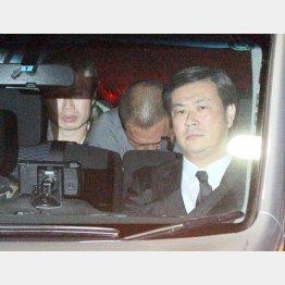 送検される車内でうつむく清原容疑者(C)日刊ゲンダイ