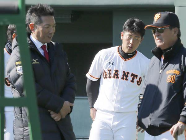 日本代表の小久保監督(左)と岡本(C)日刊ゲンダイ