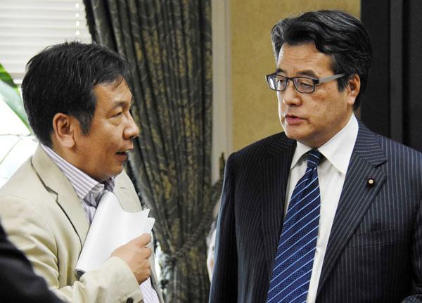 残念な2人(枝野幹事長=左と岡田代表)(C)日刊ゲンダイ