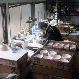 極細筆で一気描きの三川内焼にメロメロ<長崎三川内>