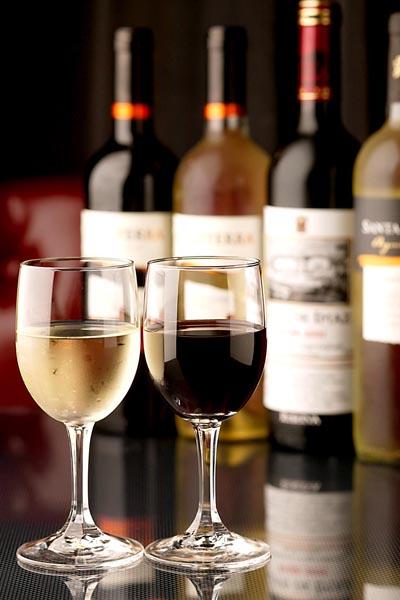 今や高級ワインも安売り店で購入(C)日刊ゲンダイ