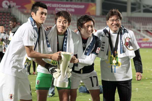 優勝カップを手にするGK櫛引(左2)/(C)六川則夫/ラ・ストラーダ
