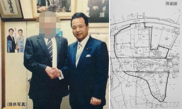 現金を渡した一色氏(左)(C)日刊ゲンダイ