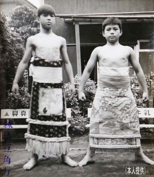 昭和45年、練馬相撲団で横綱(のっぽの方が阿部さん)/(提供写真)