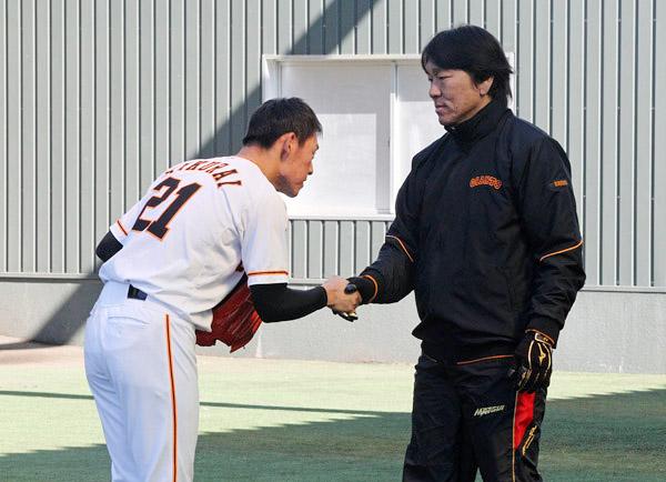 桜井は打席に立った松井臨時コーチに挨拶(C)日刊ゲンダイ