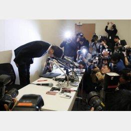 謝罪会見で辞職を表明した宮崎議員(C)日刊ゲンダイ