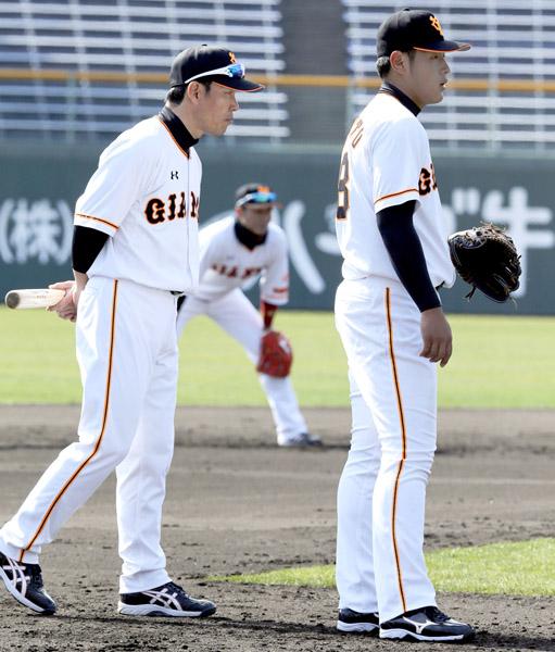 岡本(右)にマンツーマンで指導する井端コーチ(C)日刊ゲンダイ