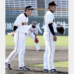岡本(右)にマンツーマンで指導する井端コーチ