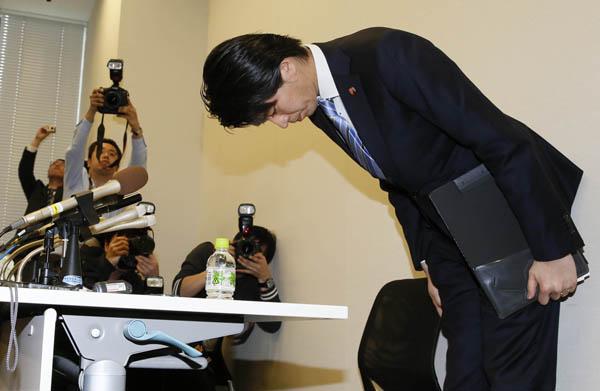 会見で頭を下げる宮崎議員(C)日刊ゲンダイ