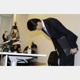 会見で頭を下げる宮崎議員