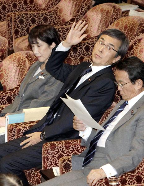 ロクな議員がいない(C)日刊ゲンダイ
