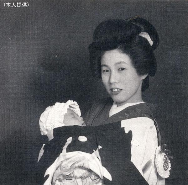 母・和子さんに抱かれる筆者(提供写真)