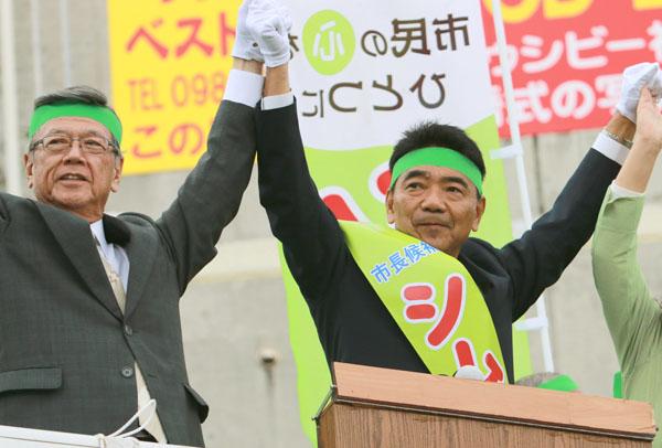 宜野湾市長選で街頭演説を行う翁長知事(左)/(C)日刊ゲンダイ
