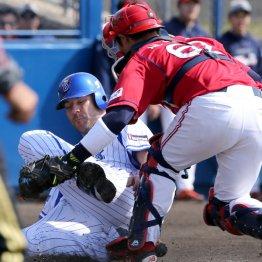 DeNA対韓国KIAの試合、三塁走者のロマックが本塁を狙うも憤死(C)日刊ゲンダイ
