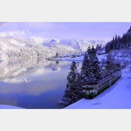 雪景色の中を走る只見線(金山町提供)