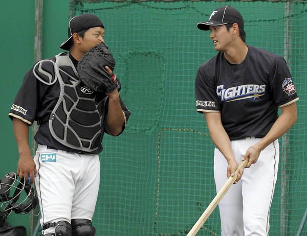 ブルペン投球後に捕手の大嶋と話をする大谷(C)日刊ゲンダイ