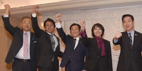 松木議員(央)のパーティーで(C)日刊ゲンダイ