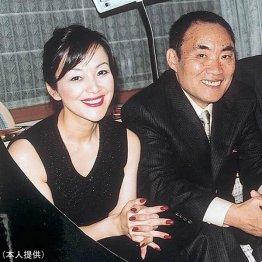 故・阿久悠氏(右)は岩崎宏実に父親のような言葉をかけた(本人提供)