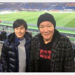 ザッケローニ元日本代表監督の通訳だった矢野大輔さん(左)と(C)日刊ゲンダイ