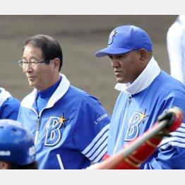 練習を見守る高田GM(左)とラミレス監督(C)日刊ゲンダイ