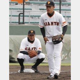 岡本(右)を見つめる村田は何を思う?(C)日刊ゲンダイ