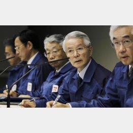 3.11事故当時の勝俣元会長(右から2人目)(C)日刊ゲンダイ