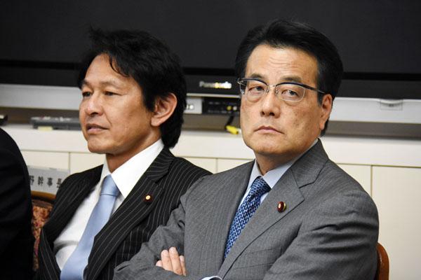 民主党の岡田克也代表(右)と維新の党の松野代表/(C)日刊ゲンダイ