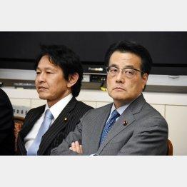 民主党の岡田克也代表(右)と維新の党の松野代表