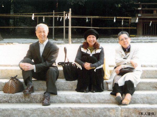 辺見マリと両親(提供写真)