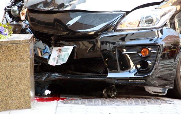大阪・梅田の事故では歩道に乗り上げ停車した(C)日刊ゲンダイ