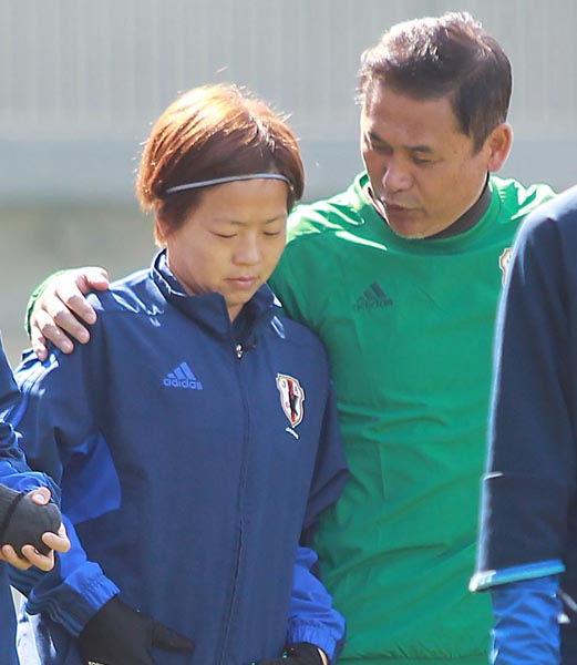 3日の練習で宮間(左)に話し掛ける佐々木監督(C)日刊ゲンダイ