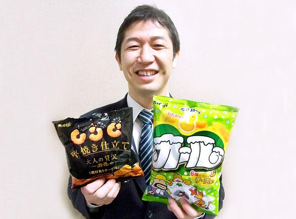 新商品「大人の贅沢カール」(左)と「カール」(C)日刊ゲンダイ