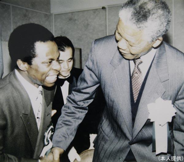 マンデラ大統領(右)とサンコンさん/(提供写真)