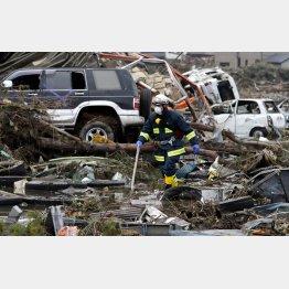 3・11震災で捜索する消防隊員