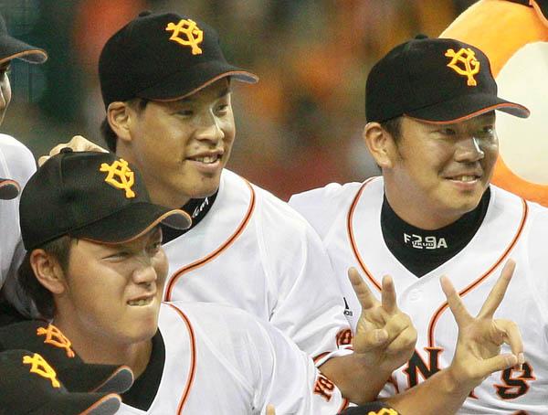 (左から)笠原、高木京、福田。13年にリーグ優勝を決め記念写真に(C)日刊ゲンダイ
