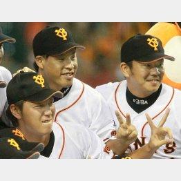 (左から)笠原、高木京、福田。13年にリーグ優勝を決め記念写真に