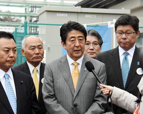 5日、福島を訪問した安倍首相(C)日刊ゲンダイ