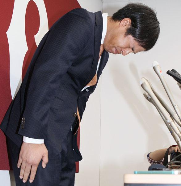 会見で高木京介は深々と頭を下げた(C)日刊ゲンダイ