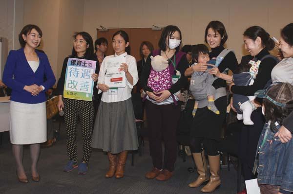 母親たちの話を聞く民主党の山尾志桜里議員(左)(C)日刊ゲンダイ