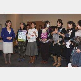 母親たちの話を聞く民主党の山尾志桜里議員(左)