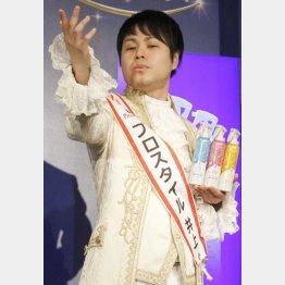 王子様風の衣装もサマになっている?(C)日刊ゲンダイ