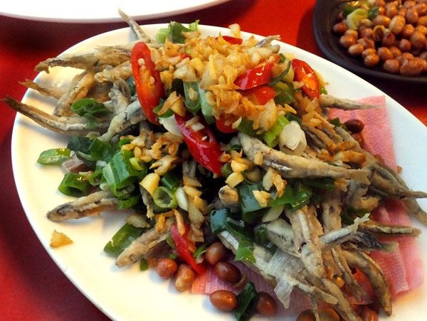 「梅鑫海産」店で水槽の魚を調理してもらった(C)日刊ゲンダイ