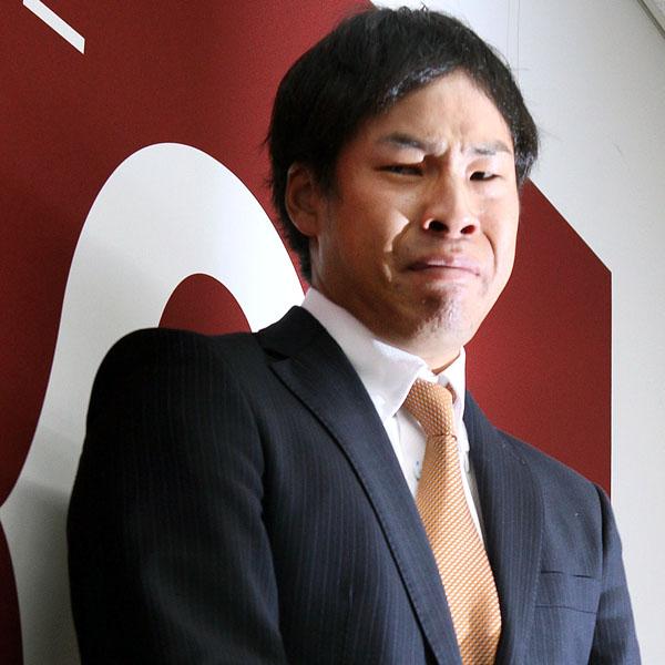 会見で涙を流す高木京介(C)日刊ゲンダイ
