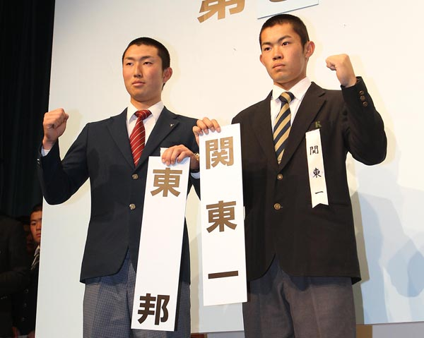 今大会注目の東邦・藤嶋主将(左)はエースで4番(C)日刊ゲンダイ