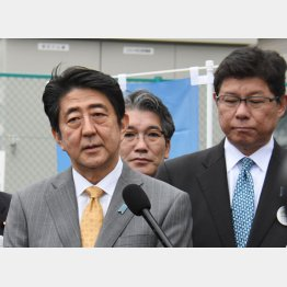 高木大臣は首相の被災地視察についていくだけ(5日、福島)/(C)日刊ゲンダイ